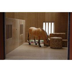 Bondgård och häststall till barn Schleich med två hästboxar. Skala 1:24