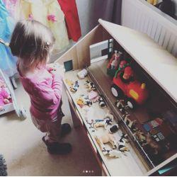 Bondgård och lantgård leksak till bondgårdsdjur från Kids Globe. Skala 1:32