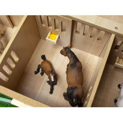 Stall till hästar i härliga färger. Kids Globe. Skala 1:24.